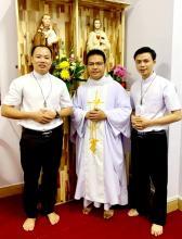 Il Padre Maestro con i due neo novizi in Vietnam.