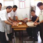 Si lavora non solo in aula ma anche in cucina: i capitolari preparano 'lumpiang shanghai' un piatto tipico filippino