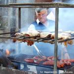 P. Raulino controlla la cottura delle salcicce