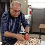 P. Vito Curci prepara la focaccia