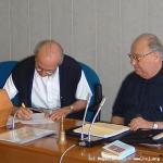 Il nuovo Superiore Generale firma il documento di accettazione dell'ufficio.