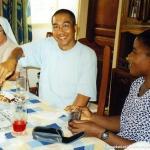 Quant'è buono sto dolce! Buon anniversario sacerdotale P. Niki! P. Venuste…ma che sguardo hai!