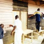 I primi seminaristi in Cameroun preparano la loro casa.